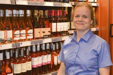 SJEFEN: Polsjef i Risør og Gjerstad, Maria Kildahl, med rosèvinutvalget i bakgrunnen. En vintype som har økt betraktelig de siste åra er nettopp rosé.Foto: Hans Petter Bjerva