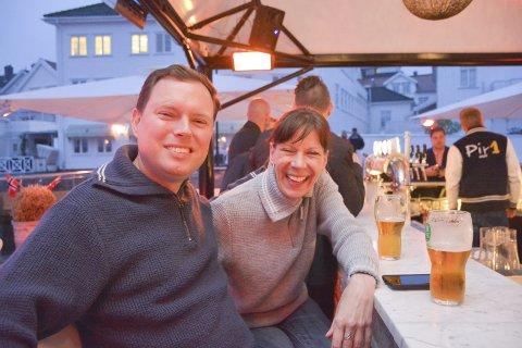 FAST INVENTAR: Mark Lindstøl (eller Lindstoel) har de siste 15 åra dratt fra USA til Risør for å delta på 17. mai feiringen. Her sammen med kollega i flyselskape Delta, Roxanne Spicer, som hadde blitt med Mark for anledningen.Foto: Hans Petter Bjerva