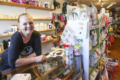 """SOLGT: Innehaver Gry Pedersen solgte denne uken ble dyrefor-butikken """"Labb og snute"""" i Strandgata solgt."""