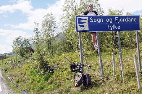 Lengste vei hjem: Siden Mathias Kjørholt (22) ikke hadde sett så mye av Vestlandet, valgte han å sykle fra skolen i Trondheim gjennom hele Vestlandet, til han parkerte sykkelen hjemme i Risør.Begge foto: privat