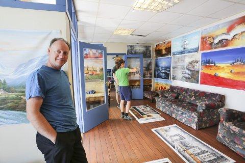Bildegalleri: Britiske Simeon Taylor (54) har i halvannet år utfordret folk til å hjelpe han rundt i Europa. Nå er han i Risør og selger bilder i det gamle avishuset på Solsiden. – Jeg blir i Risør til over sommeren, sier han.foto: stig sandmo