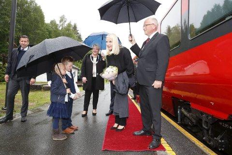 VelkomstkomitÉ: Kristoffer Holte-Edvardsson og Ronja Liv Libekk Haugen hadde øvd mye på hvordan de skulle ta imot en ekte prinsesse.