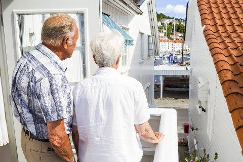 Naboer: Tore Ingemann Thorsen og Ruth Margaret Thorsen har utsikt rett mot Happy Time. Det åpne vinduet lengst bort, er soveromsvinduet deres. Foto: Juni Wendlin Fasting
