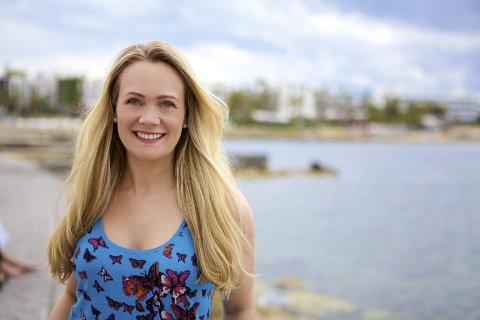 SETT UTENFRA: Vivian Songe fra Risør er journalist, forfatter, gründer og skrivekursleder. Hun har blant annet skapt kurset Bli magasinjournalist, der hun lærer bort hvordan man skriver og selger artikler til magasiner og aviser. Foto: Roy Moss