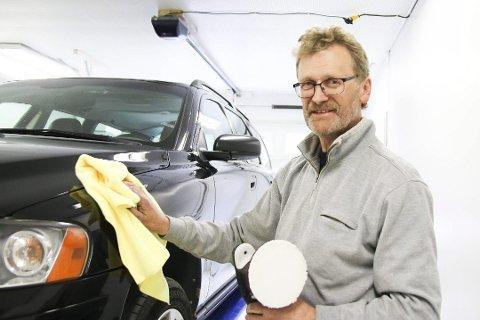 Jarle Hommefoss startet opp bilpleie på Sundebru, til det fikk han 30.000 kroner i støtte fra det reginole næringsfondet.