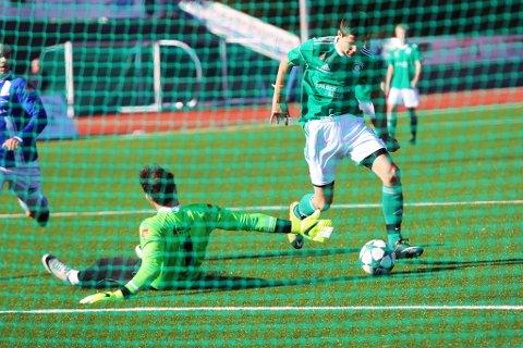FANT VEIEN TIL NETTMASKENE: Mateusz Radgowski setter inn 1-0 mot Lillesand IL.