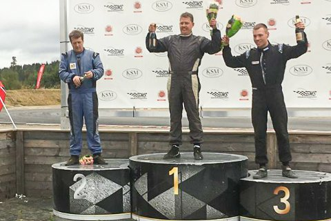 SØLVVINNER: Robin Slåttekjær (midten) vant den siste NM-runden, men det ble sølv i sammendraget. Fredrik Ågedal (t.h.) tok årets NM-gull.