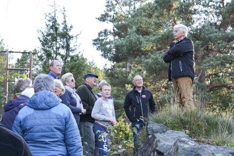 HISTORIE: Ronald Ramberg (t.h.) fra Søndeled og Risør Historielag forteller litt av krigshistorien i Urheia kommende uke. Her under åpningen av kulturløypa samme sted i fjor.