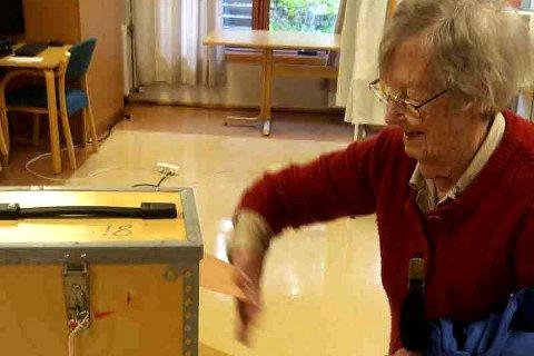 Tilrettelagt: Gjerstad kommune har prøvd å tilrettelegge slik at så mange som mulig skal avlegge stemme ved årets stortingsvalg. Adina på 101 år er bygda eldste velger. Foto: Kai Høgbråt