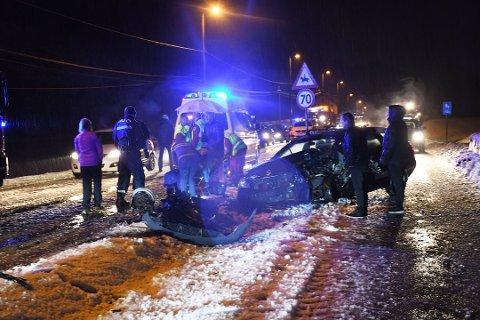 Skadene på den ene bilen viser at det var en kraftig kollisjon på E18 nyttårsaften. Trafikanter som kom til stedet tok seg av de skadede personene fram til ambulansefolkene kom.