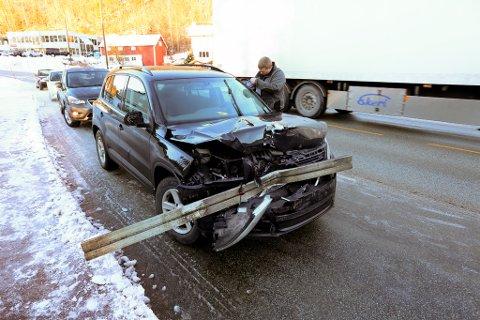 Personbil kjørte på søppelbilen bakfra på Risørveien i Bossvika. Lastebilens underkjøringshinder (støtfanger) ble hengende fast i personbilen.
