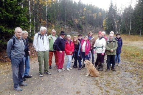 Gjengen, og en firbeint turvenn, på sin ukentlige tur, som denne gangen gikk fra Skjerkholt og innover Øygardssteveien.