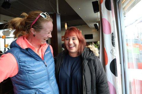 Humorduo: Bente Gullhav (til høyre) drar en barhistorie som får Karine Mac Donald til å bryte ut i latter. Nå skal de sammen arrangere standup på Brygga, med lokale komikere.