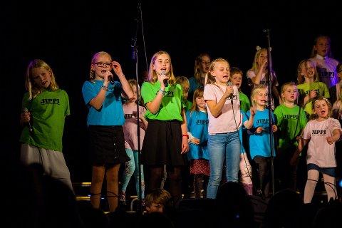 I fjor sto denne gjengen fra Jippikoret på scenen på Fiane skole. I år skal barna igjen fremføre sangene de har øvd på.
