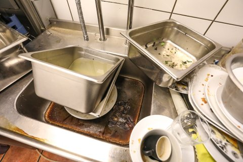 Lot oppvasken stå igjen: Dette synet møtte Dag Henriksen da han kom hjem fra ferie og fant Brasserie Krag låst og forlatt.