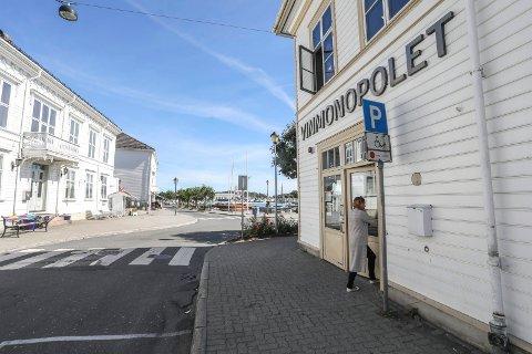 I Risør og Gjerstad har vinmonopolet vanlige åpningstider før påsken, og til 15.00 påskeaften.