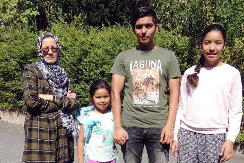 Her er familien samlet på et bilde tatt tidligere i sommer. Sakinah flankert av barna Masha (6), Seyed (16) og Zahra (11).