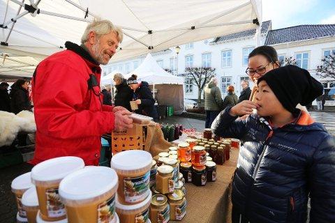 DÅRLIG ÅR: Dag Hødnebø på Hødnebø gård hentet kun ut en brøkdel av vanlig avling av honning.Foto: Stig Sandmo / Arkiv