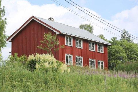 Huset på bakken: Eieren av Bakken på Vestøl klaget på Fylkesmannens vedtak om tvangssalg, men Fylkesmannen fant ingen nye opplysninger som kunne føre til endring av vedtaket.foto: arkiv