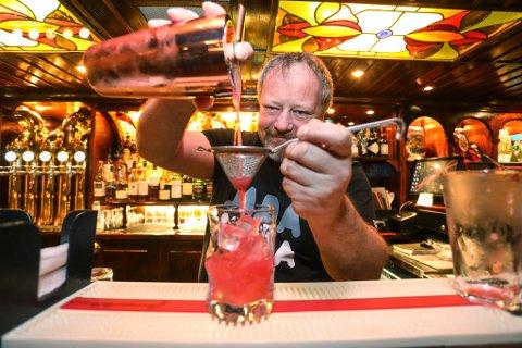 For denne røde drinken har barsjef og bartender Hans Roar Waaler fått skryt fra hele verden. Blant annet fra baren som fire ganger er kåret til verdens beste bar.