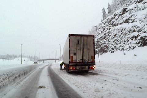 Ved 14-tida fredag ettermiddag sto denne trailer og la på kjettinger ved avkjørselen til Moland på Akland.