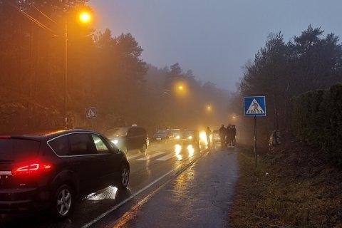 Det var tåkete og dårlig sikt på toppen av bakken nedenfor skolen. Det var lange køer med kjøretøyer i begge retninger fra ulykkesstedet.