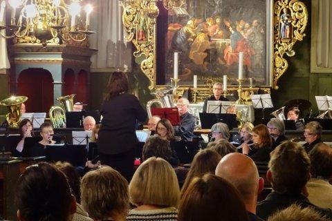 Risør musikkorps under søndagens kirkekonsert i Risør kirke.