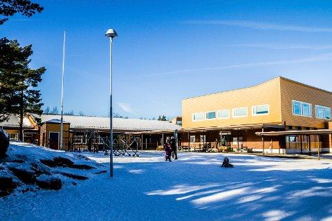 Rådmannen i Risør skal vurdere om det vil være fornuftig å slå sammen Risør barneskole (bildet) med Risør ungdomsskole.