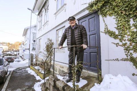 Guds talerør: Redaktør Lauritz Maartman Paulsen utenfor den blå døra som ledet inn til redaksjonslokalet til Norges største kristelige magasin. – Når jeg kjører rundt på ferieturer, kjenner jeg igjen stedsnavnene der abonnentene våre bodde. Det var få av dem i Risør, forteller han.