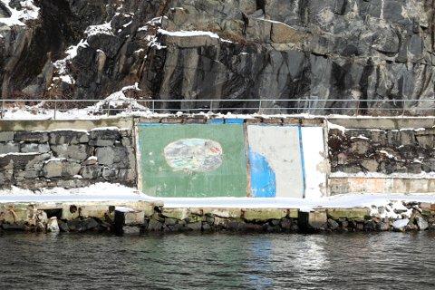 Fram i lyset: Etter mange år som bakvegg i en sjøbod i Hasalen, har dette veggmaleriet blitt et skue langs Buvikveien.