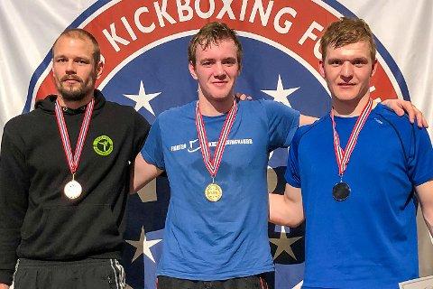 GULLGUTT: Tobias Moen Johansen (midten) fra Søndeled ble norgesmester i kickboksing i helgen.