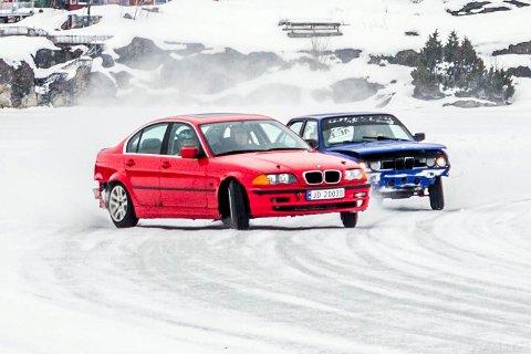 Vennlig duell: Bilene raser forbi publikum på isen. Mellom 30 og 40 biler våget seg på glattisen forrige søndag.