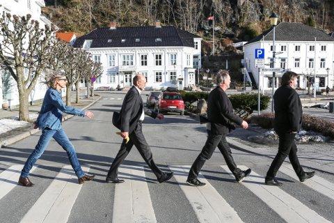 Historisk gange: Anne Aanerud, Arnfinn Haugen, Gaute Haftor Sørensen og Jens Jørgen Lanes spaserer over fotgjengerfeltet slik fire berømte herrer fra Liverpool gjorde i London for snart femti år siden. Arnfinn har byttet ut sigaretten med en banan, for å signalisere til et annet berømt platecover. Den hvite VW-bobla som skulle ha stått på venstre side i bakgrunnen, slik den gjorde på Abbey Road-skiva til The Beatles, står på Volkswagenmuseet i Tyskland.