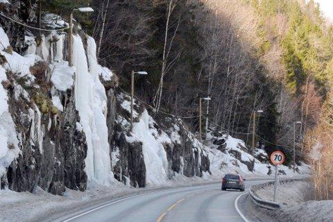 Meterhøye vegger med is henger ned langs bergveggene i Sandvikbakken.