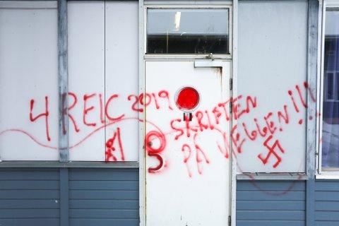 Politiet ser alvorlig på budskapet som i løpet av helgen er skrevet på veggen på ungdomsskolen.