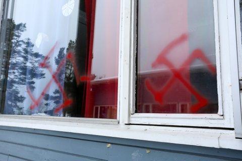 Flere vinduer er sprayet med hakekors.
