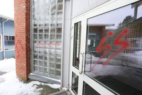 Inngangsdøra til administrasjonsbygget har blitt sprayet.