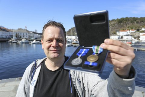 Medaljer: Roy Fredrik Pedersen holder opp medaljen for deltakelse i utenlandsoperasjoner for forsvaret. Han fikk den overlevert tidligere denne uka. Medaljen til høyre er FN-medaljen han fikk for 23 år siden. Forsvaret deler ut medaljer nå i forbindelse med jubileum for FN-tjeneste.