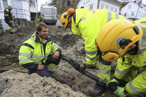 Montørene fra Nettpartner lokaliserte feilen i natt. Tirsdag morgen fikk de gravd fram kabelen som hadde eksplodert.