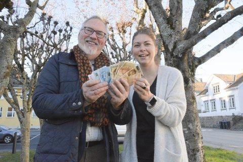 Risørs ordfører Per Kristian Lunden vil hindre at studenter fra Risør melder flytting. (Her med varaordfører Elen Regine Lauvhjell.)