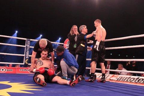 KNOCKOUT: Kai Robin Havnaa gratuleres av trenerne Joey Gamache og Erling Havnå, mens Frank Blümle trenger tid på å komme seg.