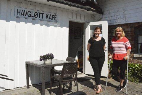 Kokkeklar: Sommerens kafedrift på Hope så litt mørk ut da Heidi Sandnes måtte bytte ut stekespaden med krykker, men bekymrimngene forsvant da Tine Moen kom ned fra Akland.foto: mari nymoen