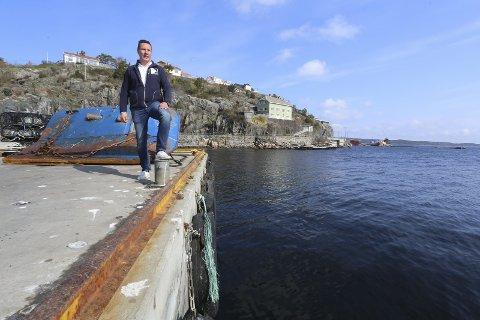 Venter på torsken: Jim Berg ved Risør Fiskemottak ser ut over sjøen. Hele fiskeflåten har gått ut for å hente inn råvarer. – Etterspørselen etter fisk er og reker er stor, men tilgangen er for tiden veldig dårlig, sier han.alle foto: stig sandmo