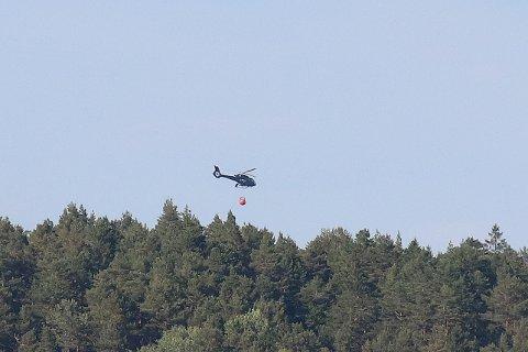 Brannhelikopteret er i gang med å slukke.