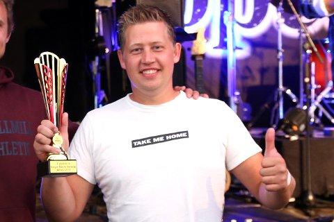 TAKE ME HOME: Robin Slåttekjær fikk med seg to pokaler hjem fra Bardufoss. Denne er for seier i «klasse 3».