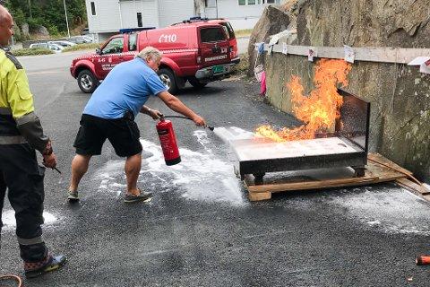 De frivillige som skal jobbe under trebåtfestivalen fikk testet brannslukningsapparatets effektivitet.