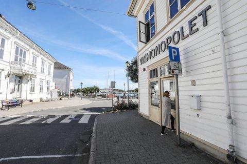 Fra inngangen i Havnegata, ligger dagens Vinmonopol så tett inntil torget og havna som mulig.