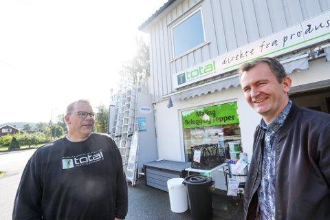 Torbjørn Østerholt (til venstre) har vært ansatt i butikken i Bossvika i mange år. Nå gleder han seg til å bli med Morten Presthagen over i det nye selskapet, som skal ha hovedkvarter her etter at Total-butikken er lagt ned.