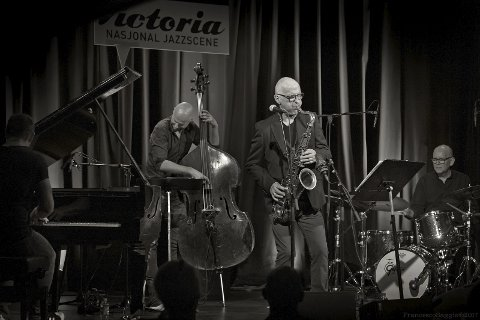 TREDJE KONSERT PÅ EN DRØY UKE: Fredag er det jazzklubbkonsert igjen. Da kommer Knut Riisnæs, Anders Aarum, Jens Fossum og Tom Olstad til Risør.Foto: Risør jazzklubb