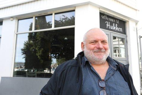 Filmfotograf Iver Sørdahl trenger statister til reklamefilm om Risør. Quiz og Kaféliv skal filmes på Hukken.